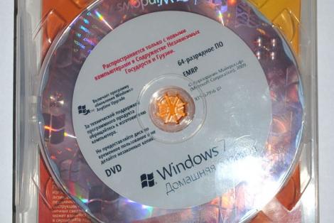 Установочный диск Windows 7 и наклейка с кодом