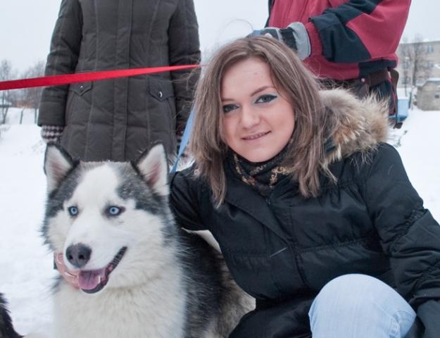 Девушка и голубоглазый пёс
