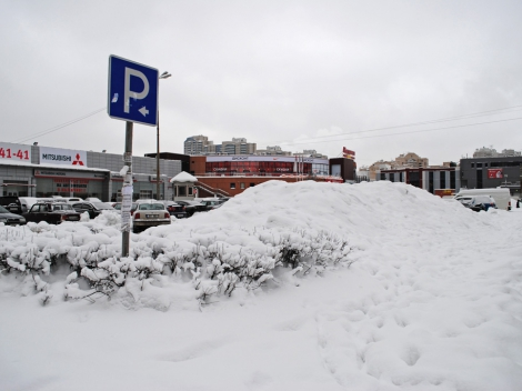 Снежная гора на парковке
