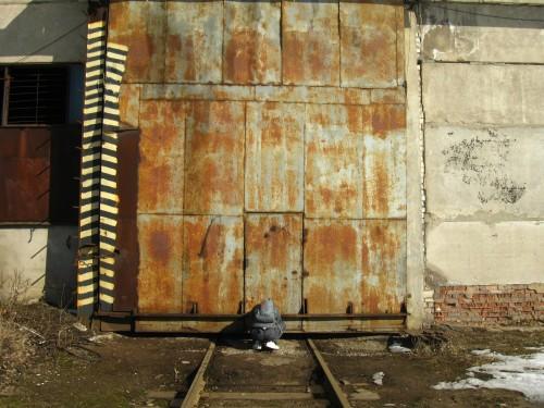 Ржавые заводские врата