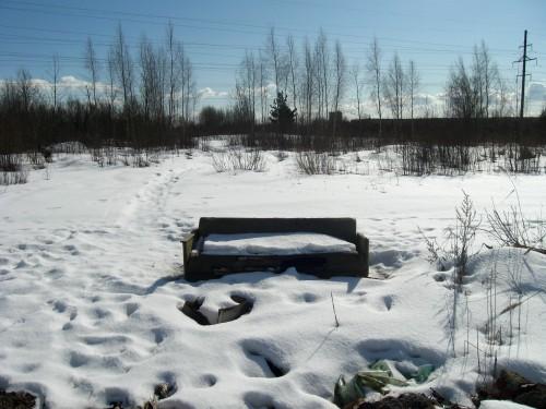 Одинокий брошенный диван