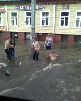 Последствия урагана во Пскове. Затопленый Октябрьский проспект.