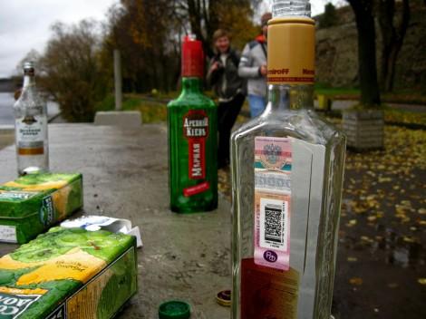 Псков. Следы алкоголиков на набережной.