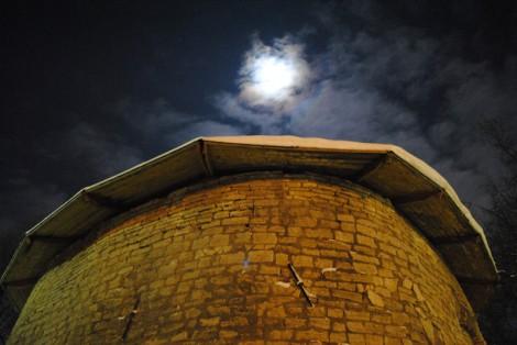 Луна над псковской крепостной башней