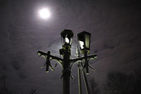 Разбитые фонари у лестницы в финнский парк Пскова