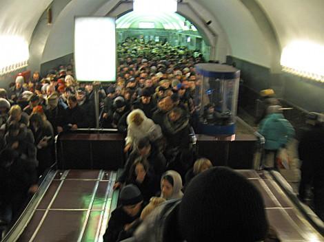 Толпа у эскалаторов на станции Чернышевская