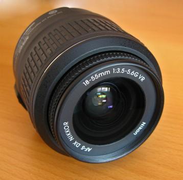 Nikon 18-55mm f/3.5-5.6G AF-S VR DX Zoom-Nikkor вид спереди