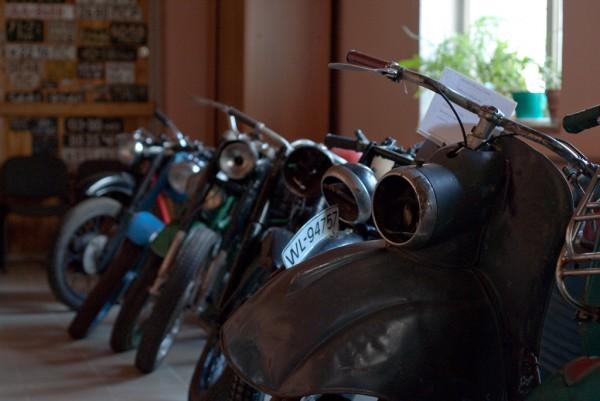 Мотоциклы у окна