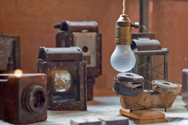 Светильники и лампочка