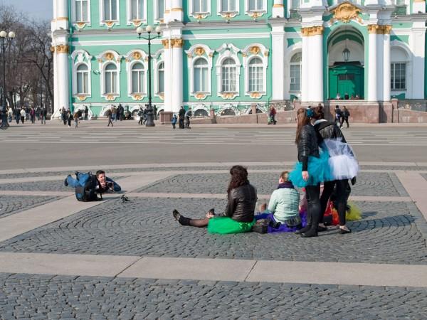 Лежащий фотограф на дворцовой площади