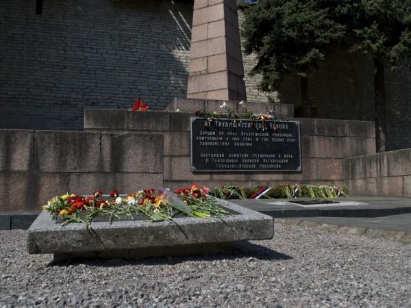Цветы у памятника жертвам революции