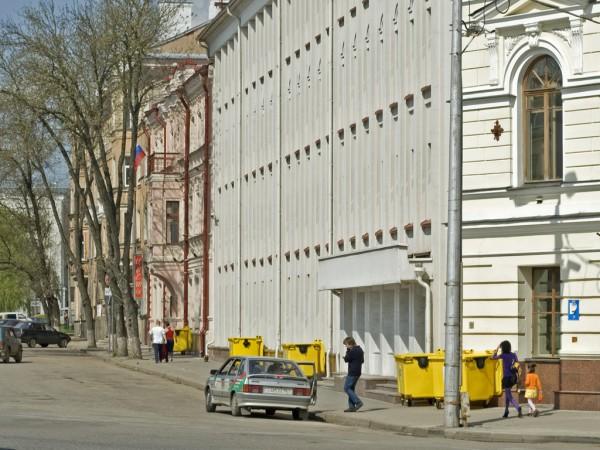 Желтые мусорные баки на Октябрьской площади