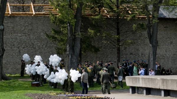 Оркестр и курсанты с шариками у Вечного огня