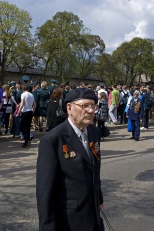 Ветераны за толпой