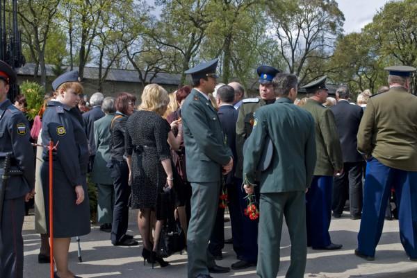 Милиционеры и военные у Вечного огня