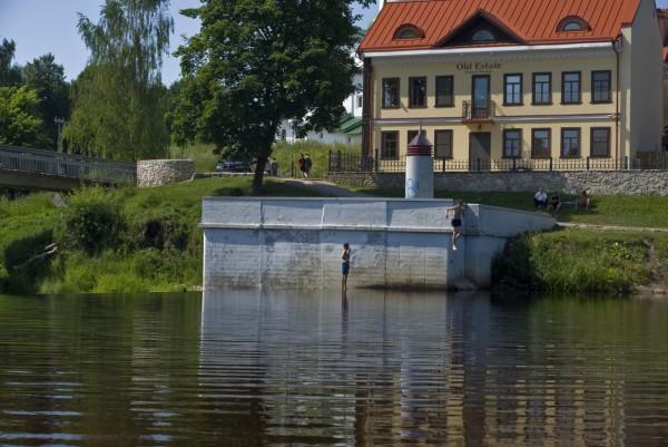 Плотина на реке Пскове у пешеходнога моста