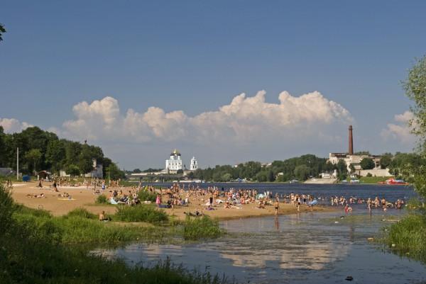 Городской пляж, вид от Мирожского монастыря