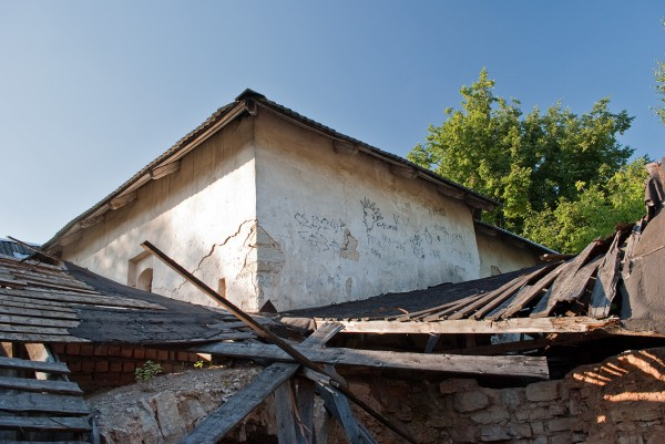 Обвалившая крыша пристройки