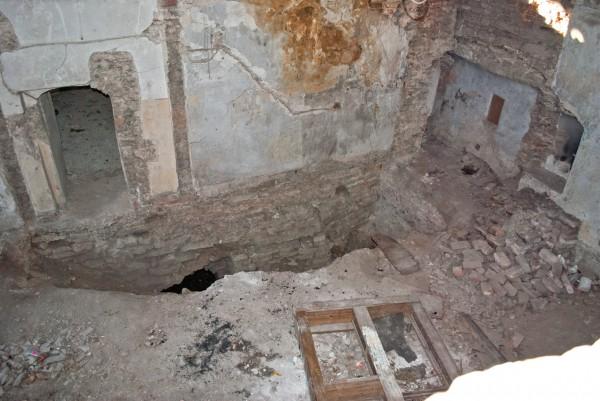 Обвалившийся пол в комнате