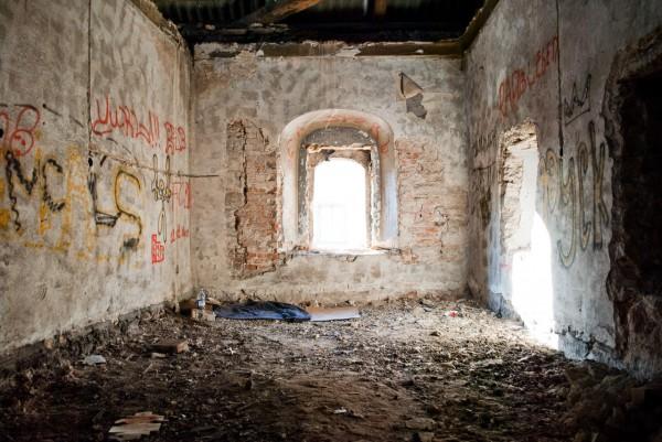 Ночлег бомжа в одной из комнат