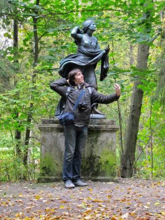 Аки статуя
