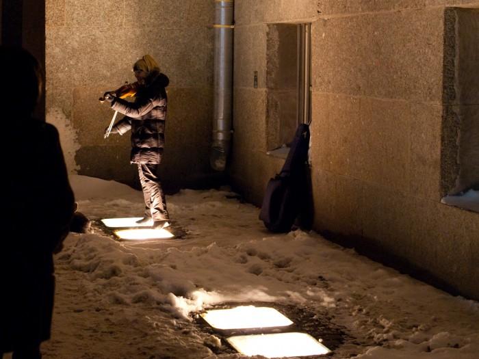 Уличные музыканты подстраиваются под освещение