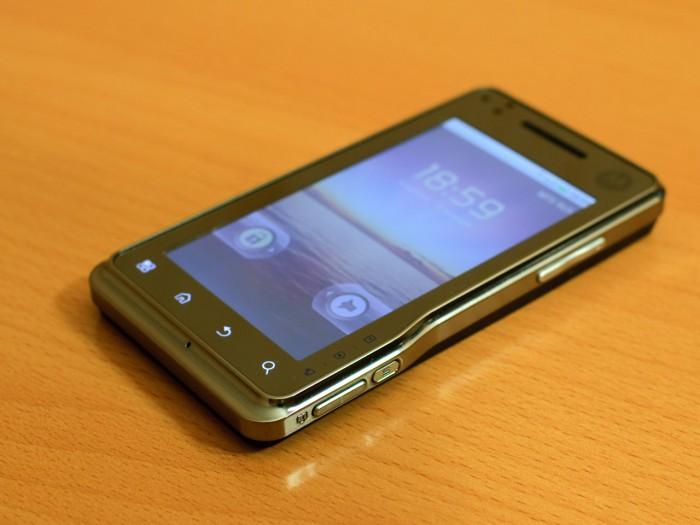 Motorola Milestone xt720 - лицевая сторона вид снизу