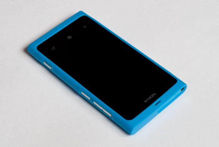 Nokia Lumia 800 в чехле
