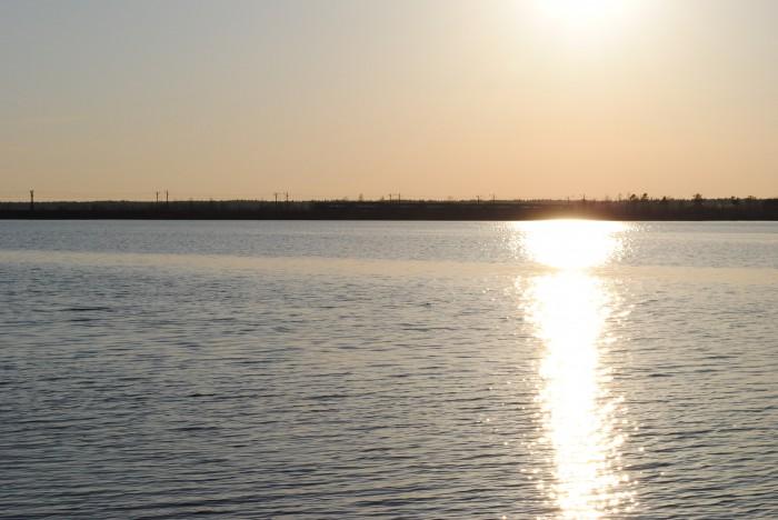 Электричка идёт вдоль озера в Кавголово
