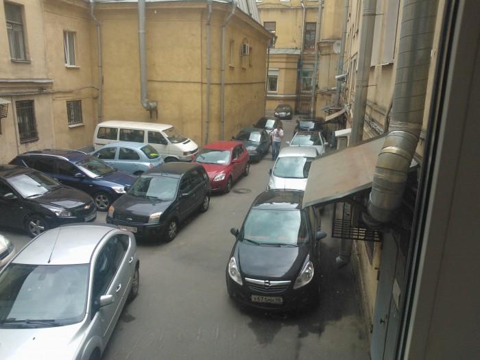 Парковка во дворе главного здания у нас на работе