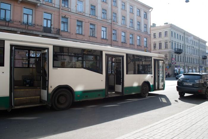 Автобус остановился вторым рядом