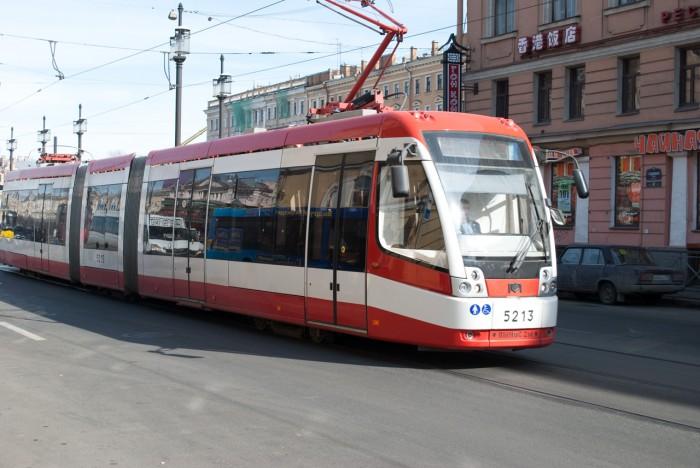 Новый трамвай подъезжает к остановке