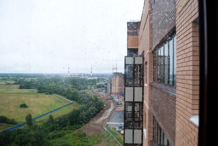 Соседние балконы через стекло