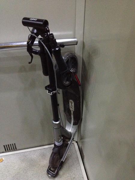 Сложенный самокат в лифте