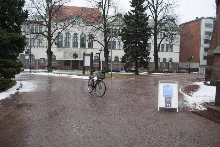 Беззаботная парковка велосипеда у церкви