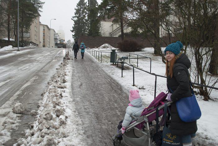 Вот такие там ледяные горки на тротуаре