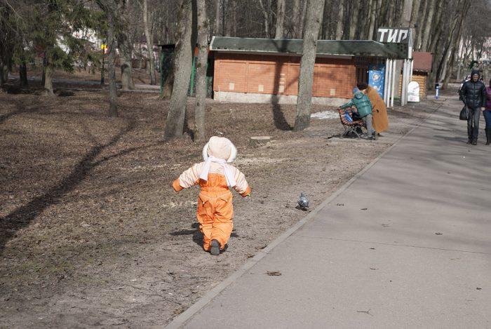 Машуня гоняет голубей в парке возле стен кремля
