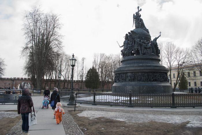 У памятника обитают приставучие гиды, которые вам расскажут о нём, даже если откажетесь