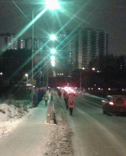 Люди идут по дороге