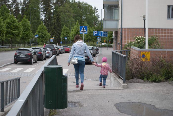 Девчушки гуляют по городу
