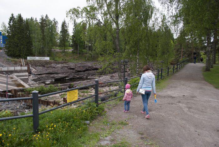 Рита и Маша смотрят на плотину