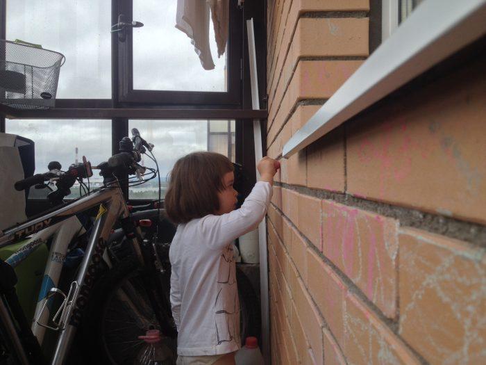 Снято на iPhone 4s: Машуня рисует на балконе