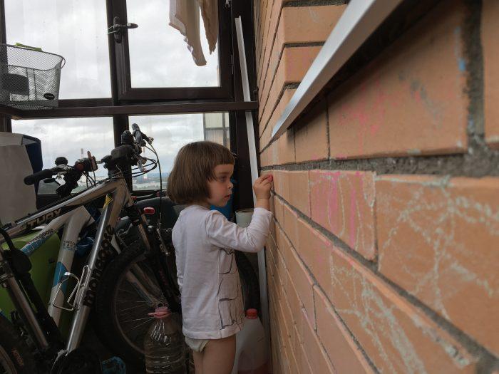 Снято на iPhone SE: Машуня рисует на балконе