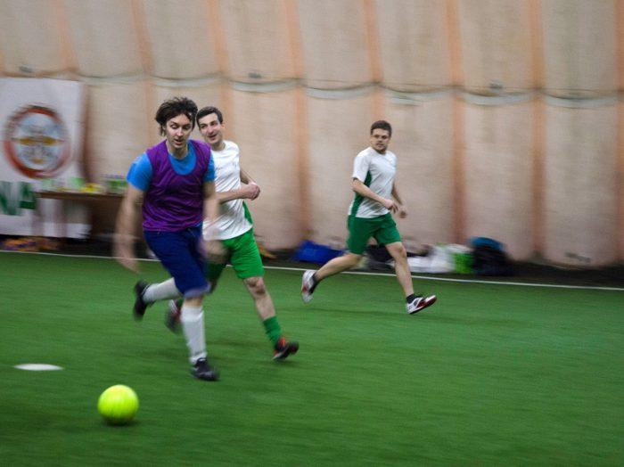 бегу рядом с мячом
