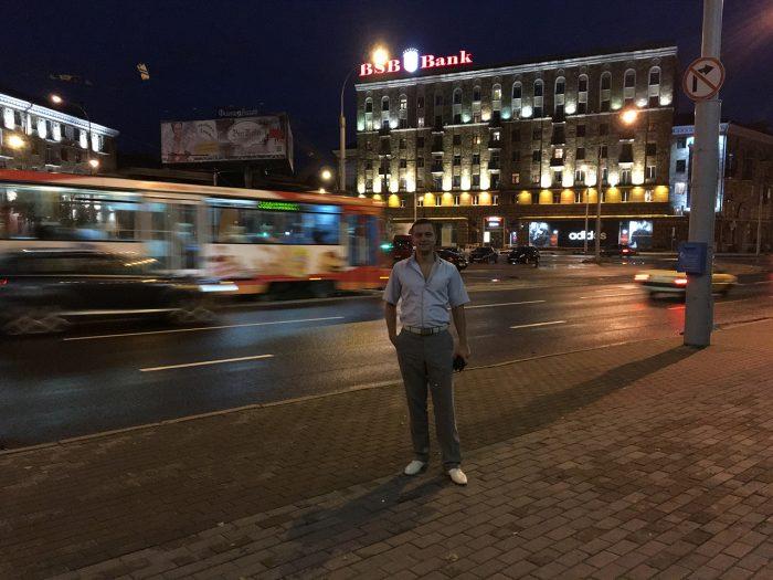 Илья на площади на фоне трамвая