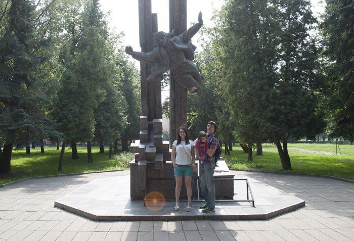 Я, Маша и Рита у памятника в Витебске