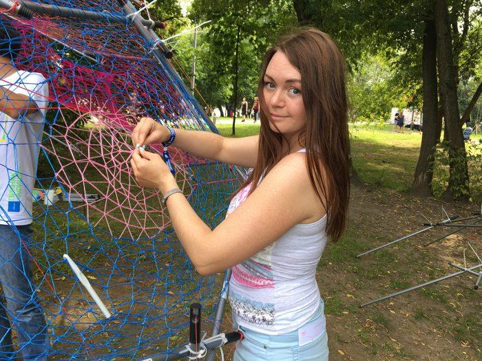 Рита плетёт нитки на пикнике афиши