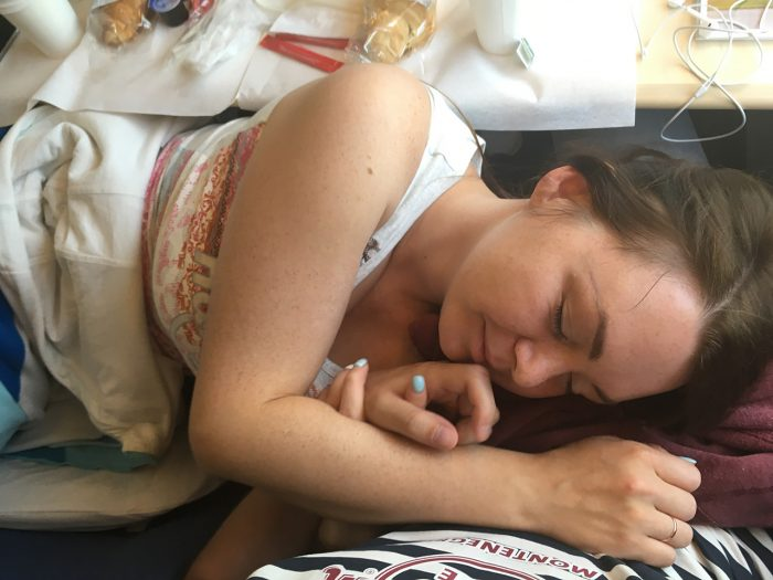 Рита спит на коленках в сапсане