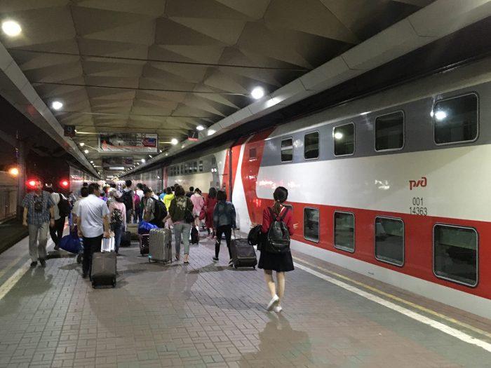 Китайцы у двухэтажного поезда