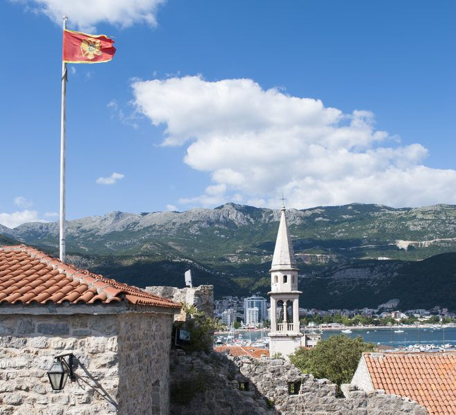 Флаг Черногории в старом городе Будва
